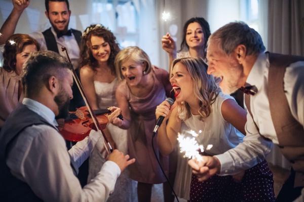 Как поздравить молодоженов, чтобы все обалдели
