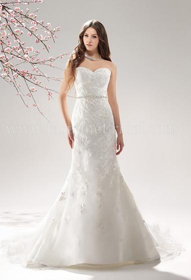 6097538992a22f9 Чтобы отвлечь внимание от широких плеч, лучше выбирать модели, где верх  платья будет выполнен из более простого и легкого материала, чем низ.