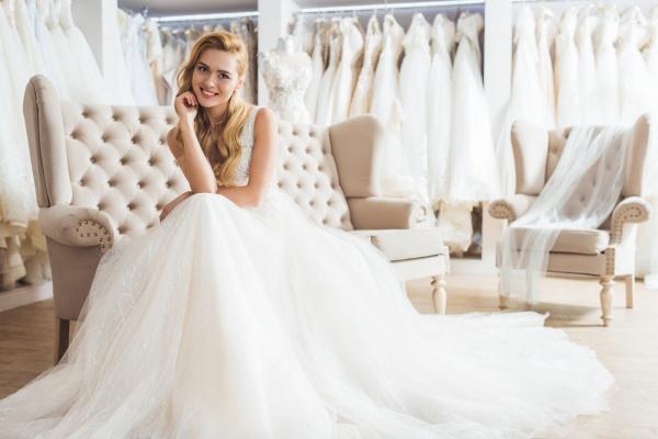 Очаровательная молодая невеста в свадебном платье